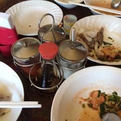 Photo taken at เซียะก๋วยเตี๋ยวปลา | Sia Fish Noodle by ihtoeycnp on 5/18/2015