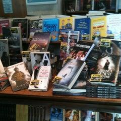 Photo taken at Livraria Saraiva by Flávia on 10/31/2012