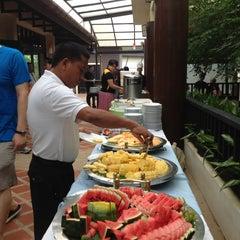 Photo taken at Khaolak Seaview Resort & Spa (เขาหลักซีวิวรีสอร์ทแอนด์สปา) by Christopher T. on 6/13/2013