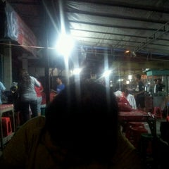 Photo taken at Warung Nasi Gandul & Wedang Punokawan by Robin M. on 4/29/2013