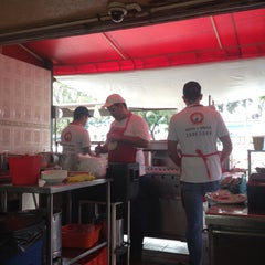 Photo taken at Tacos El Güero Transito by Carlos Sánchez R. on 9/11/2015