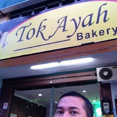 Photo taken at Tok Ayah Bakery (Roti Naik) by Zuhril A. on 11/10/2012