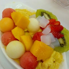 Photo taken at 許留山 Hui Lau Shan Healthy Dessert by Xna on 11/15/2012