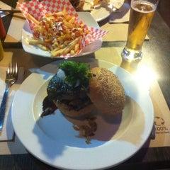 Photo taken at Stanford Gourmet Burger by ro q. on 9/26/2014