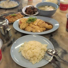 Photo taken at Famosa Chicken Rice Ball (古城鸡饭粒) by Amy B. on 10/6/2012