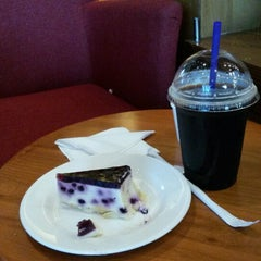 Photo taken at The Coffee Bean & Tea Leaf by Otie R. on 1/24/2014