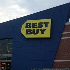 Photo taken at Best Buy by Trix F. on 9/15/2012