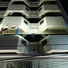 Photo taken at Samran Place Hotel (โรงแรมสำราญเพลส) by Odd Man Out on 8/27/2015