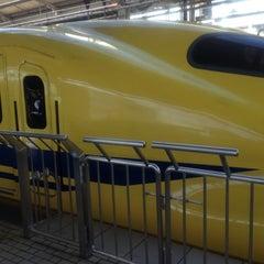 Photo taken at JR新大阪駅 21-22番ホーム by 哲ちゃん on 11/16/2012