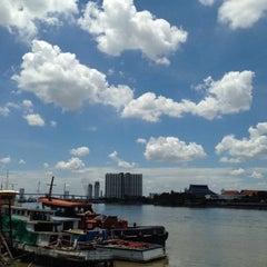 Photo taken at สะพานพระราม 3 (Rama III Bridge) by Chitʅ(´◔౪◔)スパチャイチット。 on 7/21/2015