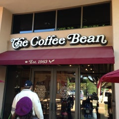 Photo taken at The Coffee Bean & Tea Leaf® by Héctor R. on 12/24/2012