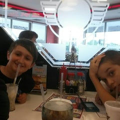 Photo taken at Steak 'n Shake by Harold C. on 6/7/2014