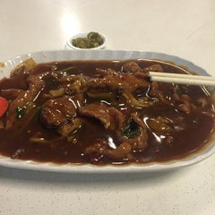 Photo taken at Geylang Lorong 9 Beef Kway Teow by Jinheng N. on 4/15/2016