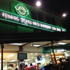 Photo taken at Restoran Original Penang Kayu Nasi Kandar by Ahmad R. on 9/29/2012