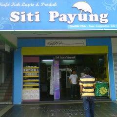 Photo taken at Kek Lapis Sarawak - Siti Payung by Ainul  Z. on 2/15/2013