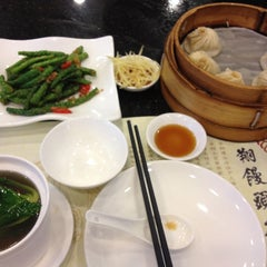 Photo taken at 南翔馒头店 | Nanxiang Steamed Bun Restaurant by Yue on 9/19/2012