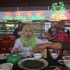 Photo taken at Ling Loong Seafood No. 6 Topspot by Abang Muhammad N. on 11/1/2014