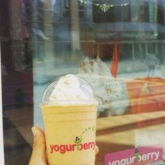 Photo taken at Yogurberry Frozen Yogurt Café by Brian H. on 9/6/2015