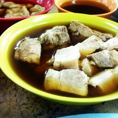 Photo taken at Heng Kee Bak Kut Teh 兴记肉骨茶 by Yann L. on 7/24/2013
