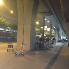 Photo taken at Airport Bus Terminus (Ground Transportation Centre)  機場巴士總站 (地面運輸中心) by Nicholas H. on 12/6/2012