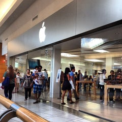 Photo taken at Apple Store, International Plaza by MR2L33 on 11/17/2012