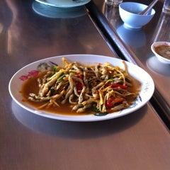 Photo taken at ร้านอาหาร เพื่อน (แม่กลอง) by Ariya C. on 4/6/2014