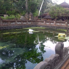 Photo taken at Pura Tirta Empul (Tirta Empul Temple) by Dedy A. on 11/3/2012