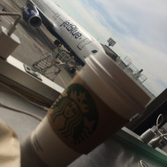 Photo taken at Starbucks by Beatriz C. on 4/22/2014