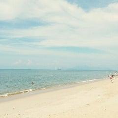 Photo taken at Batu Ferringhi Beach by Livia L. on 11/14/2012