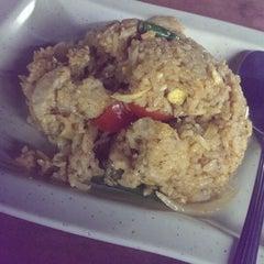 Photo taken at Barakat Tomyam Seafood by Suhaimi . on 1/18/2015