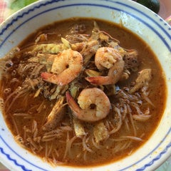 Photo taken at T-Not Laksa by Julie ND on 11/22/2014