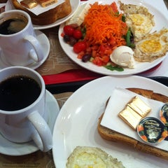 Photo taken at Aroma Espresso Bar by Evelyn K. on 5/5/2013