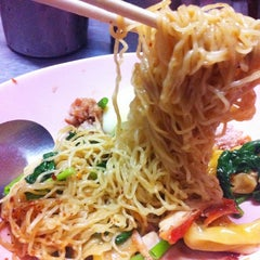 Photo taken at บะหมี่ไข่ลุงเฉื่อย (Lung Cheay Egg Noodles) by HOTCHA T. on 1/22/2013