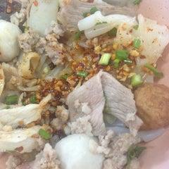 Photo taken at ก๋วยเตี๋ยว วิชัย (Wichai Noodle) by Isriya P. on 8/10/2014