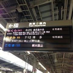 Photo taken at JR新大阪駅 21-22番ホーム by Takeshi K. on 4/22/2013