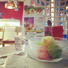 Photo taken at Swensen's (สเวนเซ่นส์) by winingwingz on 10/9/2012