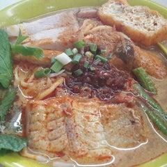 Photo taken at Kedai Makanan & Minuman USJ 2 (USJ 2 美食中心) by amanda p. on 5/1/2014