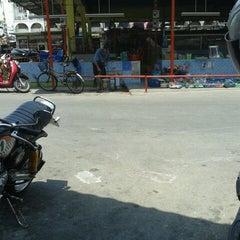 Photo taken at ตลาดรามอินทรา กม.4 (Rarm Intra km.4 Market) by Noona N. on 4/21/2013