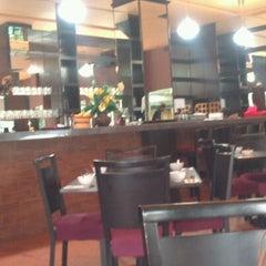 Photo taken at Pormtip Thai Restaurant by Shin N. on 10/1/2012