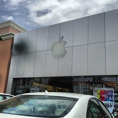 Photo taken at Apple Store, Carlsbad by Luigi Francis Shorty R. on 7/10/2013
