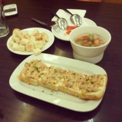 Photo taken at Pizza Hut by yoshua h. on 6/29/2013