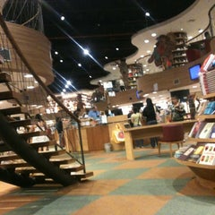 Photo taken at Livraria Cultura by Aisla A. on 12/13/2012
