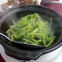 Photo taken at 和记海鲜饭店 by Michael Chooi Y. on 9/20/2013