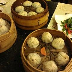 Photo taken at 南翔馒头店 | Nanxiang Steamed Bun Restaurant by Michael S. on 10/18/2012