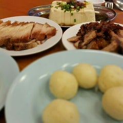 Photo taken at Famosa Chicken Rice Ball (古城鸡饭粒) by Candra 왕. on 6/28/2015