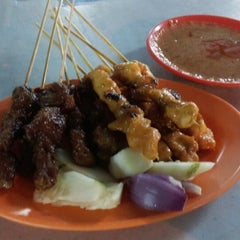 Photo taken at Gou Lou Mamak & Western Food (高佬妈妈档) by Shirley k. on 10/31/2014