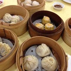 Photo taken at Hong Kong Zhai - House of Dim Sum 香港仔点心之家 by Lynn K. on 12/2/2012