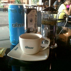 Photo taken at de`EXCELSO by Vie v. on 11/2/2012