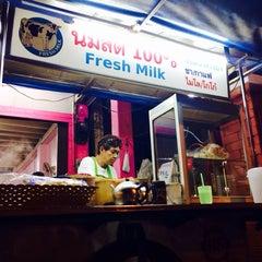 Photo taken at ป้าแอ๊ะ นมสด ขนมปังสังขยา (ข้างสมาคมฮากกา) by Sommie J. on 11/10/2013