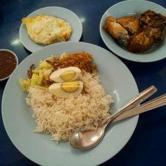 Photo taken at Restoran Nasi Lemak Lido by Jackson K. on 3/1/2012